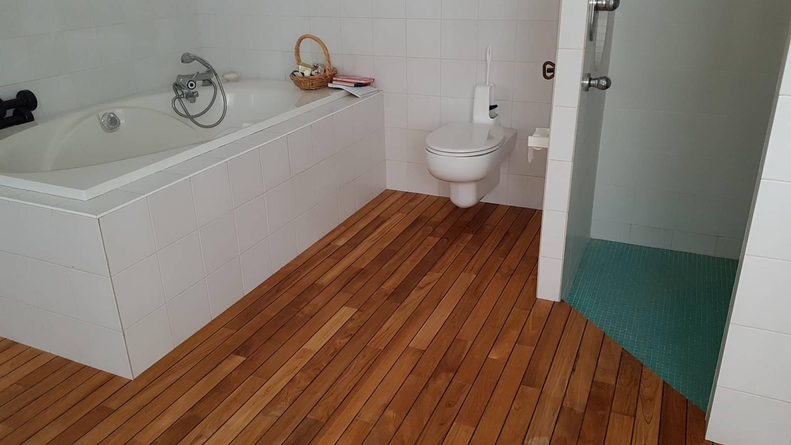 Pose et rénovation de parquet en bois, intérieur et extérieur